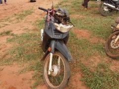 Homem tem crânio exposto ao sofrer uma queda de moto